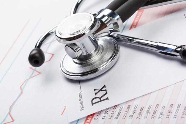 Stetoscopio del primo piano su documenti medici Foto Premium