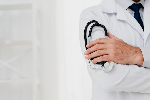 Stetoscopio della holding del medico con copia-spazio Foto Gratuite