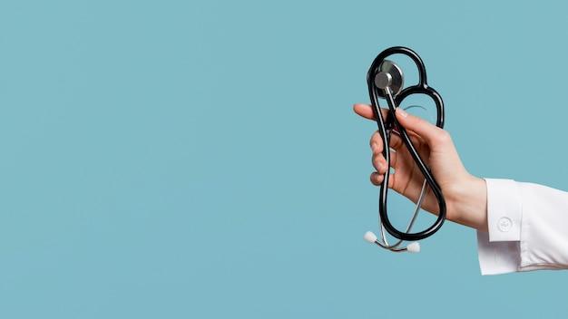 Stetoscopio della holding della mano del primo piano Foto Gratuite