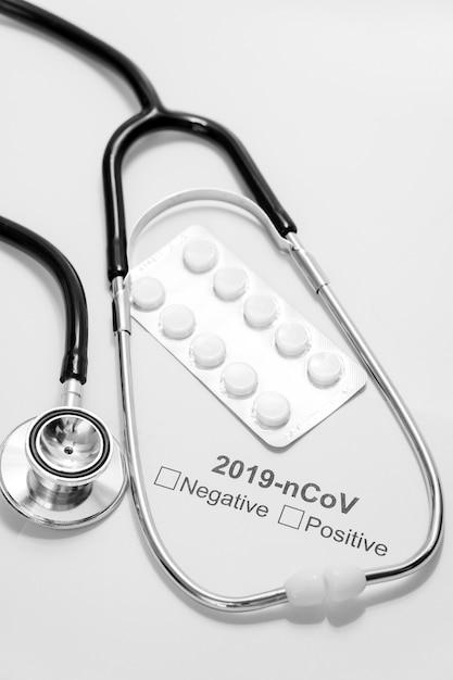 Stetoscopio e pillole medici del primo piano sulla tavola Foto Gratuite