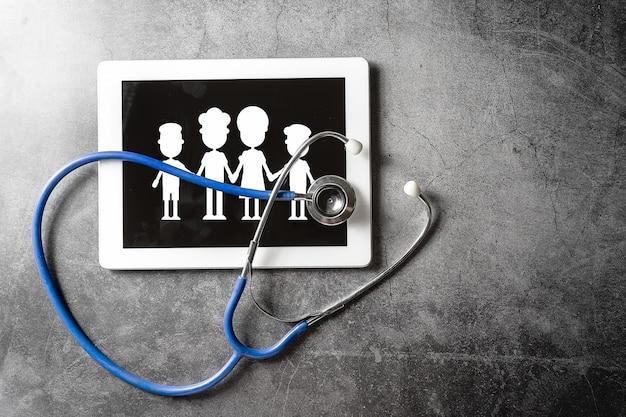 Stetoscopio e tablet sul pavimento, concetto sano Foto Premium