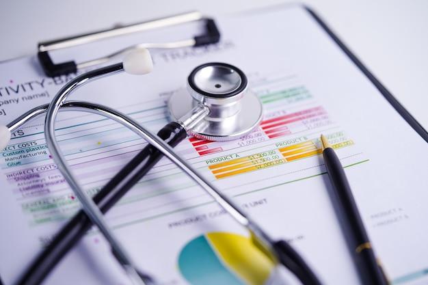 Stetoscopio su carta per fogli di calcolo Foto Premium