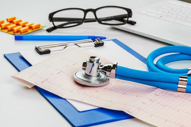 Stetoscopio sul foglio di cardiogramma Foto Premium