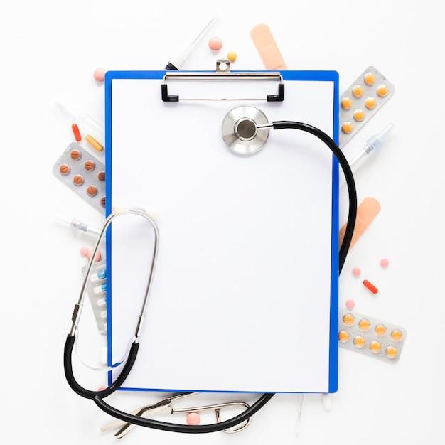 Stetoscopio vista dall'alto con compresse di medicina Foto Gratuite