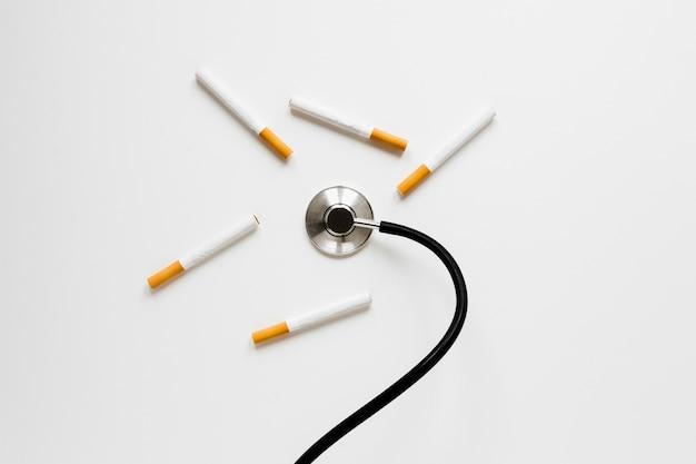 Stetoscopio vista dall'alto con le sigarette Foto Gratuite