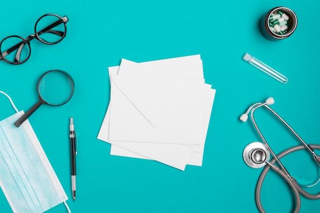 Stetoscopio vista dall'alto con maschera e occhiali Foto Gratuite