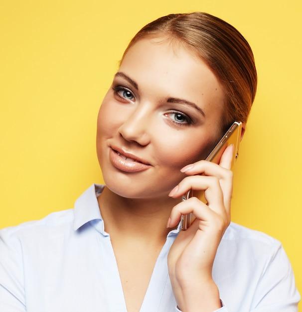 Stile di vita, affari e concetto della gente: donna sorridente di affari Foto Premium