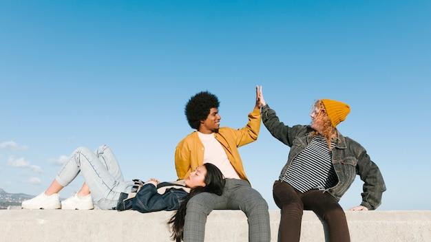 Stile di vita di giovani amici all'aperto Foto Gratuite