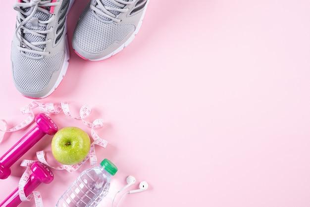 Stile di vita sano, cibo e concetto di sport su pastello rosa. Foto Premium