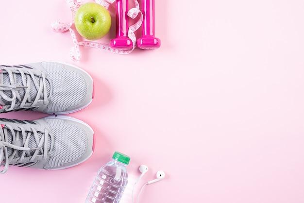 Stile di vita sano, cibo e concetto di sport su sfondo rosa pastello. Foto Premium