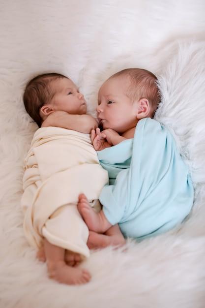 Stile di vita sano, fecondazione in vitro: dormono due neonati Foto Premium