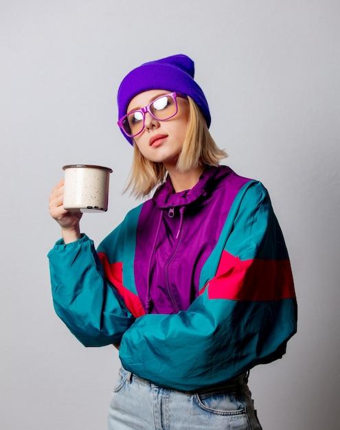 Stile donna in abiti punk anni '90 con tazza di caffè Foto Premium
