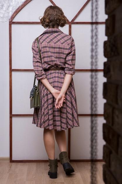 Stile retrò. una ragazza degli anni '60. vestiti pubblicitari, scarpe, accessori Foto Premium