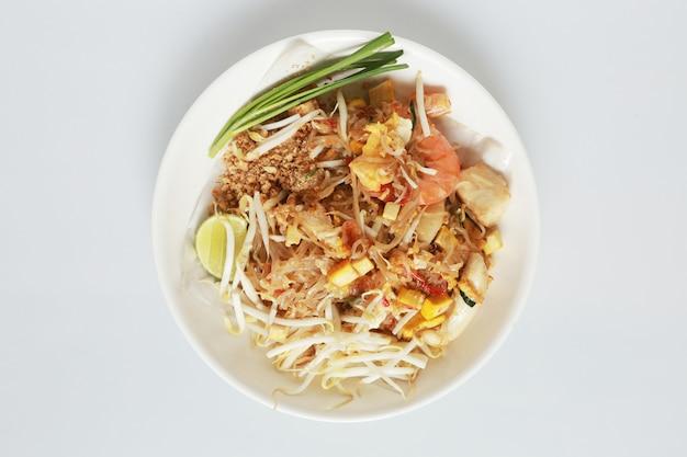 Stile tailandese isolato della tagliatella fritta con i gamberetti e lo stile tailandese tailandese tailandese della tagliatella di padella e dei gamberetti su bianco. Foto Premium