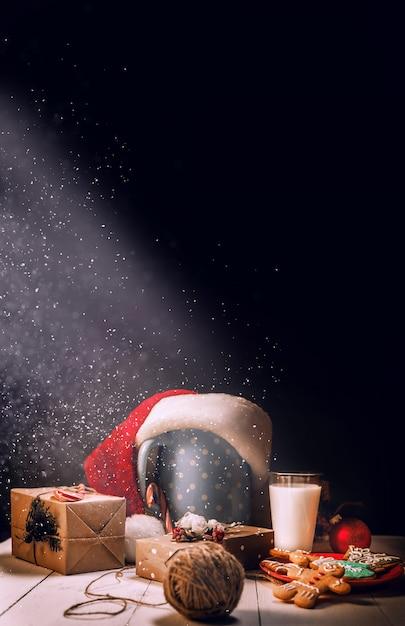 Still life di biscotti allo zenzero e latte. vaso regali di natale. concetto di natale. Foto Premium