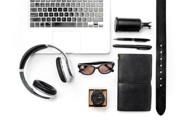 Still life di casual uomo. accessori e computer portatile maschii moderni su bianco Foto Gratuite