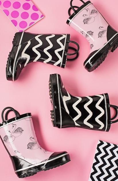 Stivali di gomma in bianco e nero o stivali da giardinaggio Foto Gratuite