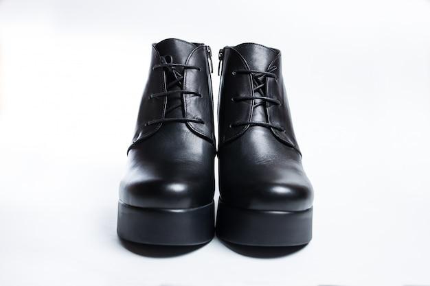 Stivali neri femminili isolati su uno sfondo bianco. Foto Premium