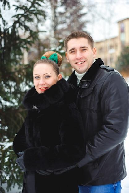Storia d'amore invernale. bella coppia di amanti nel parco Foto Premium