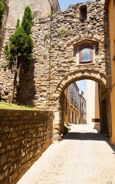 Strada antica con arco Foto Gratuite