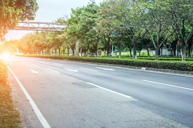 Strada asfaltata larga senza auto Foto Gratuite