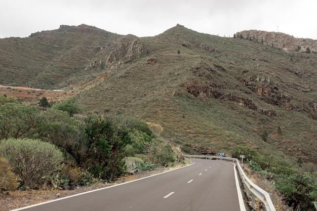 Strada che sale sulle montagne Foto Gratuite