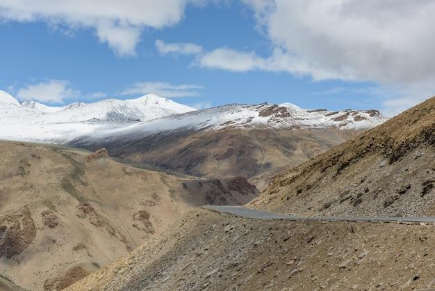 Strada d'alta quota sulla montagna dell'himalaya con picco di neve Foto Premium