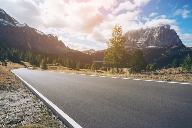 Strada della strada principale della montagna della dolomia - italia Foto Premium