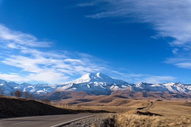 Strada in montagna, montagne del caucaso, elbrus giornata di sole, nuvoloso Foto Premium