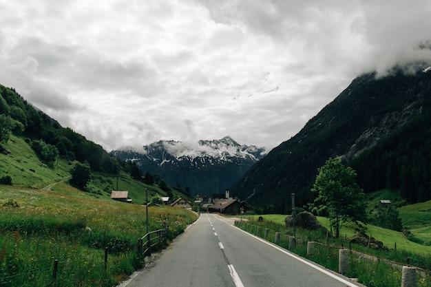 Strada nelle montagne svizzere delle alpi in estate tempo