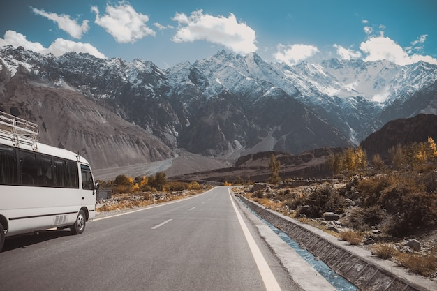 Strada pavimentata in passu con una vista della catena montuosa innevata, autostrada karakoram pakistan. Foto Premium