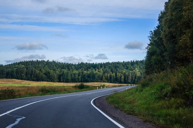 Strade russe in carelia. viaggiare su strada. strada asfaltata strada liscia Foto Premium
