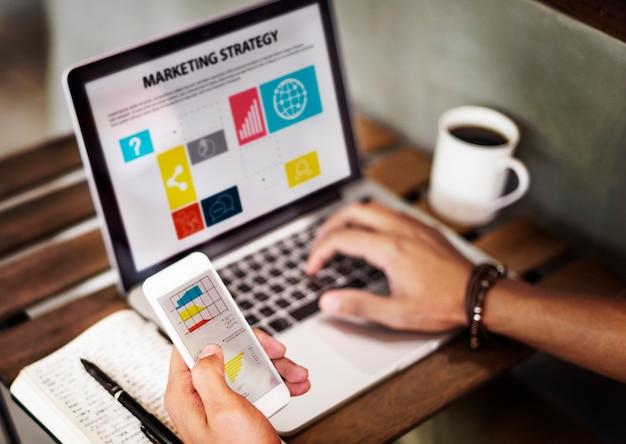 Strategia di marketing che connette concetto di dispositivi digitali Foto Gratuite