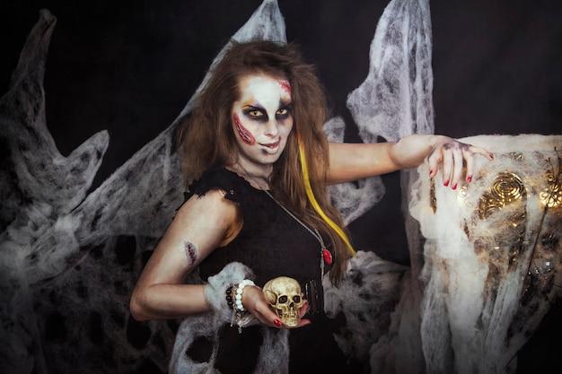 Strega di halloween che si prepara per le notti di festa morte Foto Premium