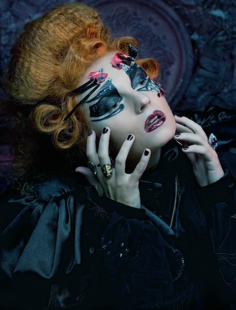 Strega gotica. donna scura foto di halloween. Foto Premium