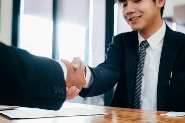 Stretta di mano di businessmans dopo un buon affare. Foto Premium