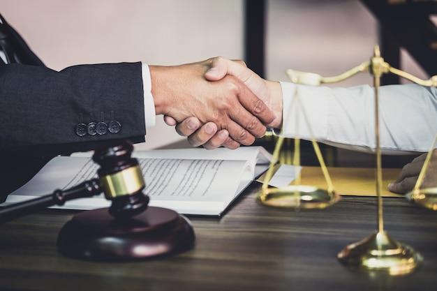 Stretta di mano di uomo d'affari con avvocato maschio dopo aver discusso buona offerta di contratto Foto Premium