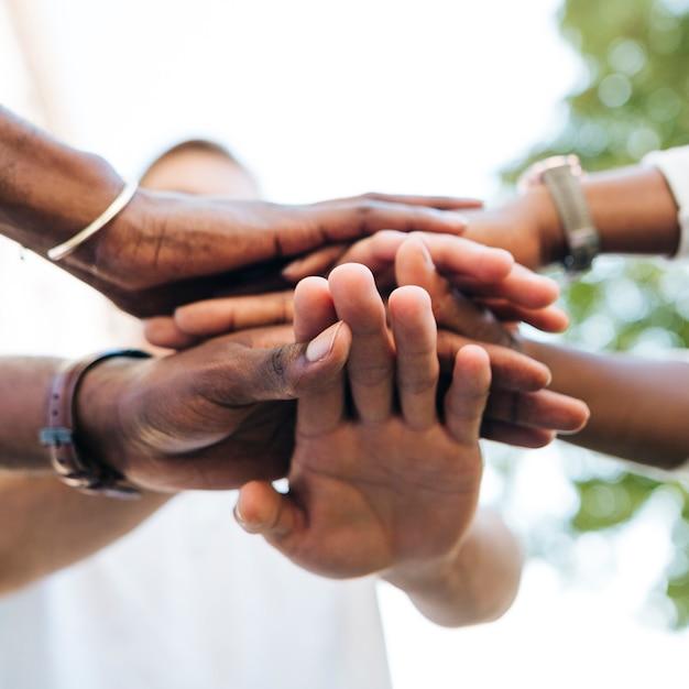 Stretta di mano interculturale all'aperto Foto Gratuite