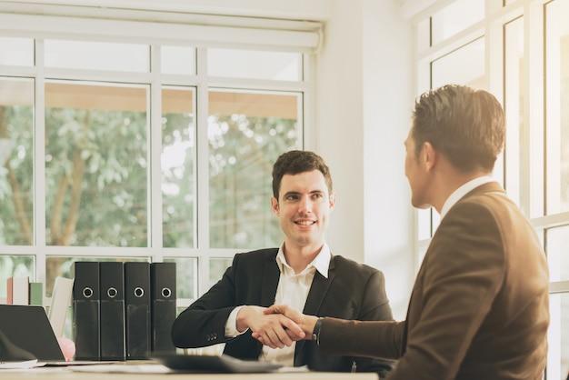 Stretta di mano per un business plan o un affare di successo Foto Premium
