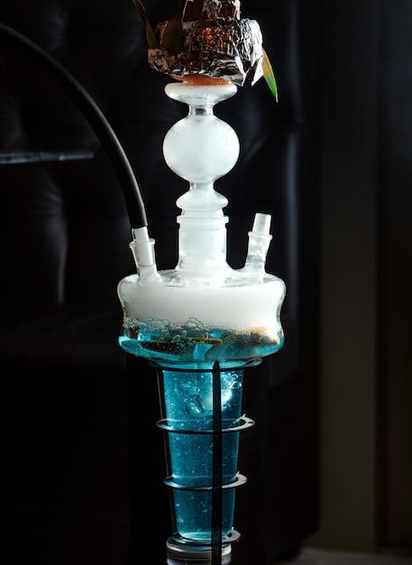 Stretta di narghilè con frutti in acqua blu Foto Gratuite
