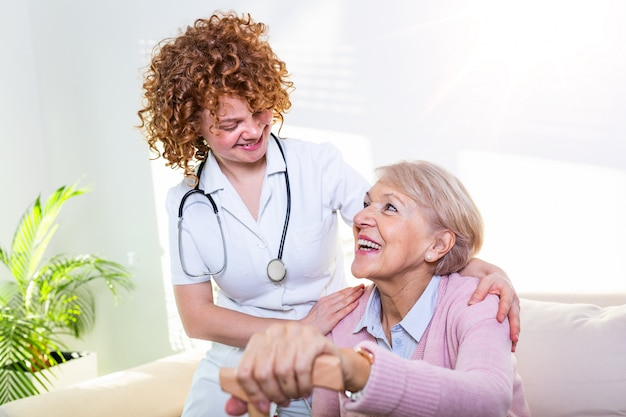 Stretta relazione positiva tra paziente anziano e caregiver. donna senior felice che parla con badante amichevole. Foto Premium