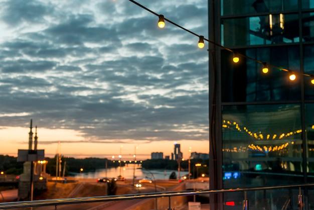 Stringa di luci su un tramonto Foto Gratuite