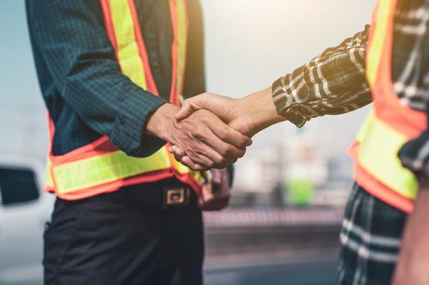 Stringere la mano o stringere la mano ingegnere partnership lavoro di squadra persone accordo squadra cooperazione successo costruzione del progetto completo Foto Premium