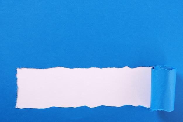 Striscia di carta strappata blu bordo cornice bordo Foto Premium