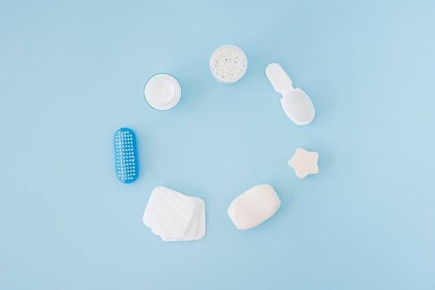 Strumenti da bagno su sfondo blu Foto Gratuite