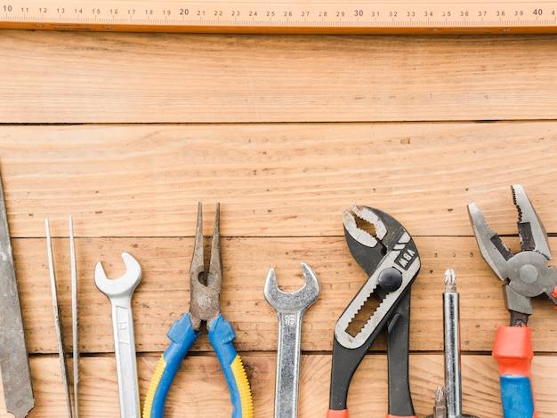 Strumenti di carpenteria della mano sul tavolo di legno Foto Gratuite