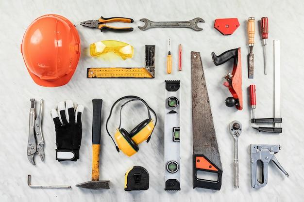 Strumenti di costruzione su uno sfondo bianco. una collezione di strumenti per la costruzione. costruzione, riparazione. Foto Premium
