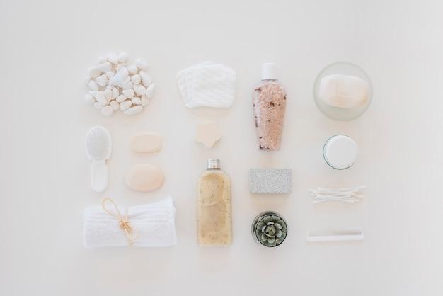 Strumenti di cura di pelle sulla tavola bianca Foto Gratuite