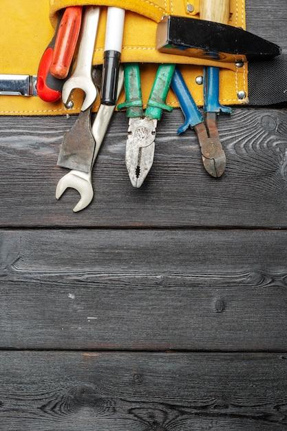 Strumenti di lavoro assortiti sulla tavola di legno Foto Premium