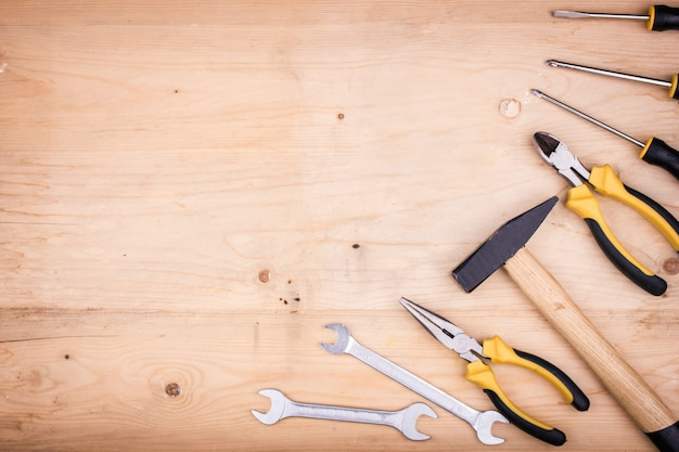 Strumenti di riparazione - martello, cacciaviti, chiavi regolabili, pinze. concetto maschile per la festa del papà Foto Premium